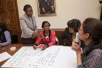 """Workshop mit Referentin Rosaline M'bayo (l). Neben ihr Noma Kelbitsch von """"ProHealth""""."""