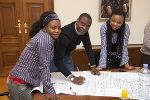 Auf der Suche nach Problemlösungen: Mag. Godswill Eyawo (ProHealth) mit Tagungsteilnehmerinnen.